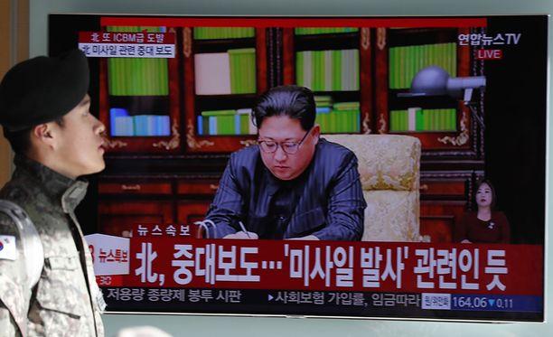 Etelä-Korealaiset seurasivat taas huolestuneina televisiolähetyksiä pohjoisten naapureidensa uudesta ohjuskokeesta. Televisioruudussa näkyy Pohjois-Korean johtaja Kim Jong-un.