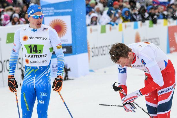 Iivo Niskanen (vas.) mulkoili Emil Iverseniä Lahden vuoden 2017 MM-hiihtojen pariviestin jälkeen.