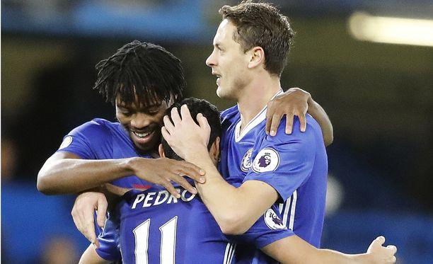 Chelsea-pelaajat juhlivat jo 12. peräkkäistä liigavoittoa.