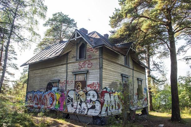 Kruunuvuoren Villa Hällebo syyskuun alussa kuvattuna.