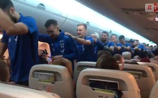 Huuhkajien pelaajat repäisivät letkajenkan lentokoneessa – koneen kapteeni antoi tiukan varoituksen, katso video!