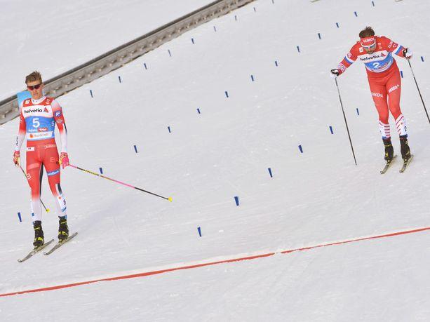 Johannes Kläbo (vas.) ja Sergei Ustjugov ottivat yhteen MM-sprintin välierässä.