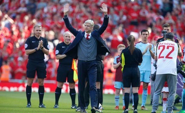 """""""Merci Arsene"""", kiitti Arsenalin kotiyleisö 22 vuotta seurassa viihtynyttä Arsene Wengeriä."""