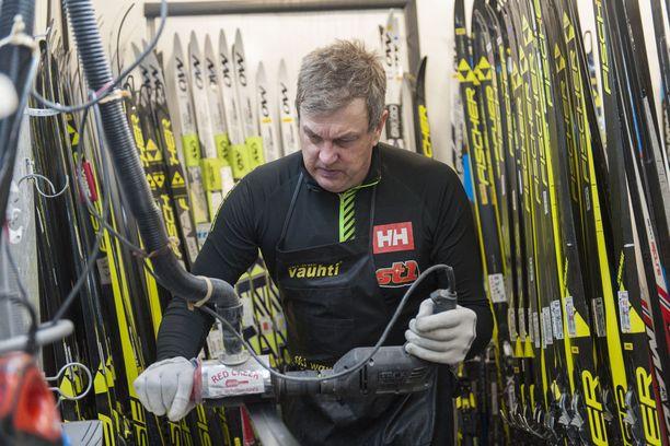 Ari Marjetta huoltaa tällä kaudella Anne Kyllösen, Martti Jylhän ja Antti Ojansivun suksia.