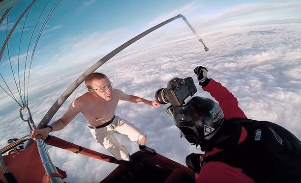 Videolla Antti Pendikainen ja muut porukkaan kuuluvat henkilöt hyppäävät kuumailmapallosta, ja parin kilometrin ajan paitansa riisunut Pendikainen syöksyy alaspäin ilman laskuvarjoa.