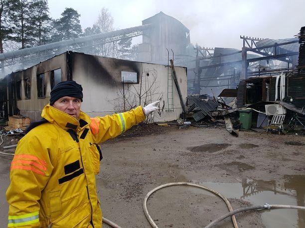 Palomestari Risto Salonen näyttää, mistä palo sai alkunsa.
