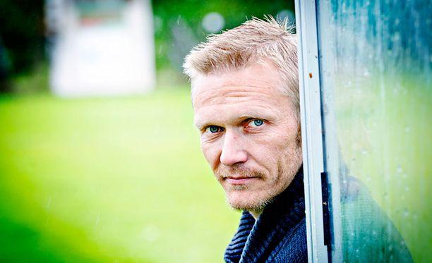 Entinen maajoukkuepelaaja Tuomo Könönen hinaa PS Kemiä kohti Veikkausliigaa.