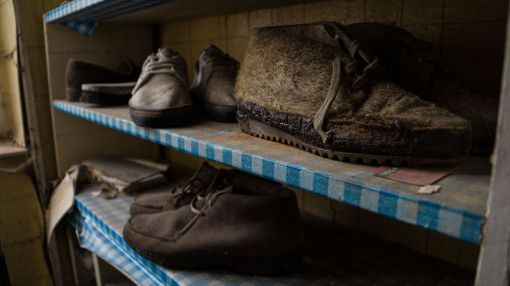 Vaatteet ja kengät ovat yhä jäljellä asunnossa.
