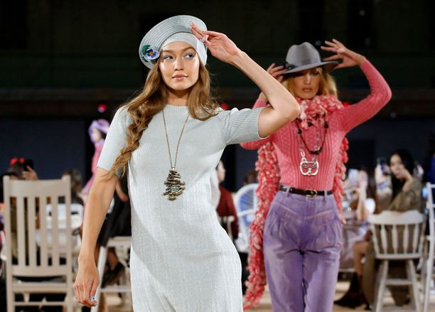 Gigi ja Bella Hadid Marc Jacobsin SS20-näytöksessä