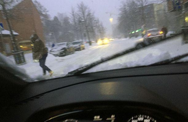 Torstaina tiet olivat kuin perunapeltoa ja lumisade hämärsi maiseman.