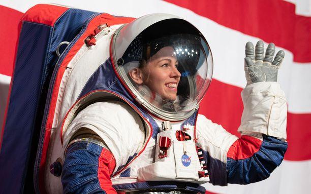 """Uuden avaruuspuvun pääsuunnittelija Kristine Davis esitteli asua Johnson Space Centerissä. Yksi uutuus on sormikkaat entisten """"tumppujen"""" sijaan."""