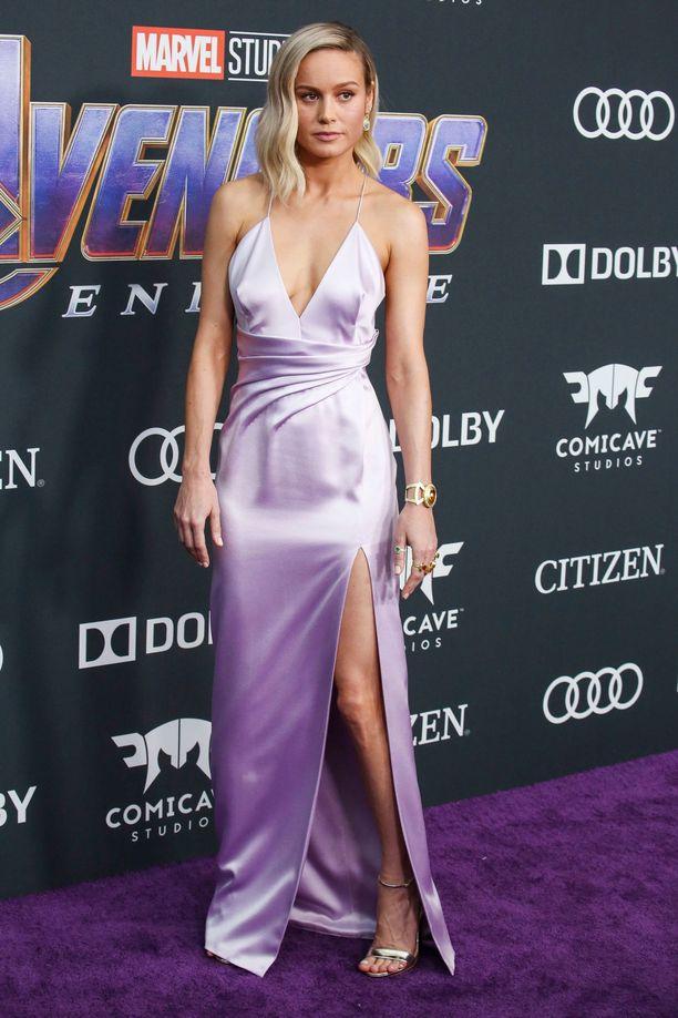 Brie Larson edusti Avengers: Endgame -leffan ensi-illassa sensuellissa Celinen satiinipuvussa. Laventelin sävy ja spagettiolkaimet tekevät tästä puvusta supersuloisen!
