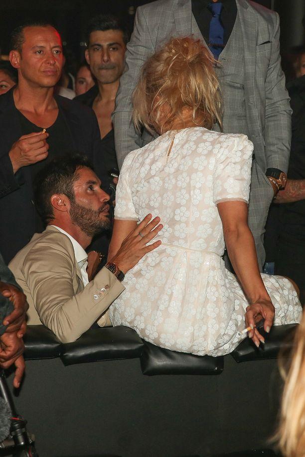 Cheryl Fernandez-Versini asetti kätensä suojelevasti Pamela Andersonin selälle.