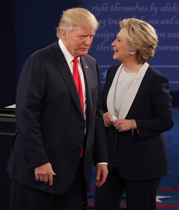 Trump ja Clinton heti kättelyn jälkeen.