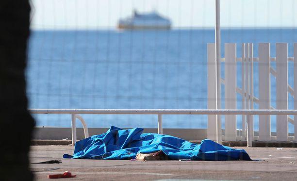 Ranskan kansallispäivä muuttui hirvittäväksi tragediaksi. Yli 80 ihmistä sai surmansa Nizzan terrori-iskussa.