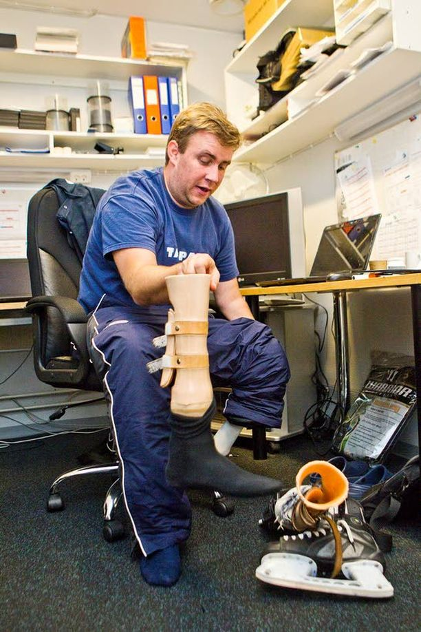 Jalkaproteesia käyttävä Sami Hirvonen haluaa joukkueensa pelaavan into-himoista kiekkoa. – Meidän pitää taklata ja pelata kaikki tilanteet loppuun asti, Hirvonen linjaa.