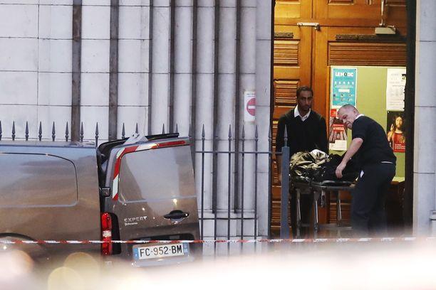 Uhrin ruumista tuotiin Notre Dame Basilica -kirkosta Nizzassa torstaina.