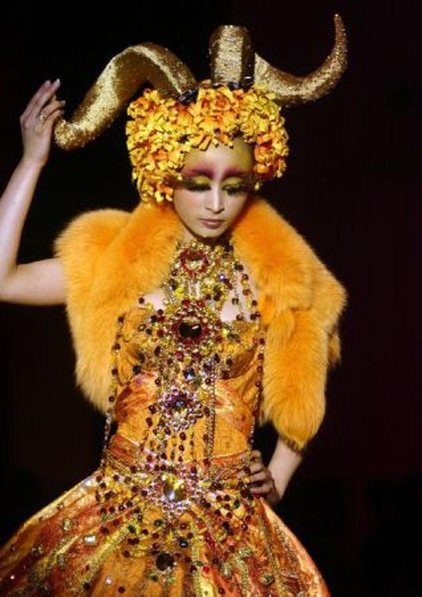 Unohtakaa Milano, muodin mekka on nykyään Peking. Ja naisille tiedoksi, tämän kevään kuuminta hottia ovat suuret sarvet, kuten näiden kahden mallin puvuista luulisi tavallista tyhmemmänkin muodin orjan jo ymmärtävän.