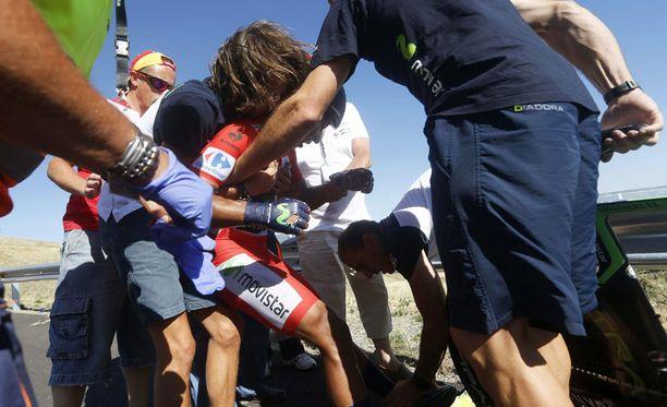 Toimitsijat joutuivat auttamaan kaatunutta Nairo Quintanaa.