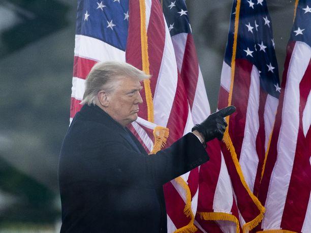 Donald Trump halutaan poistaa virasta keskiviikon tapahtumien vuoksi.