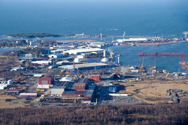 Porin telakka sijaitsee lähellä Mäntyluodon satamaa, joka on ilmakuvassa telakan taustalla.