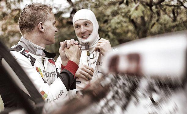 Esapekka Lappi (vasemmalla) lähtee Sardinian MM-rallin päätöspäivään 5,3 sekunnin takaa-ajoasemasta Jari-Matti Latvalaan nähden.