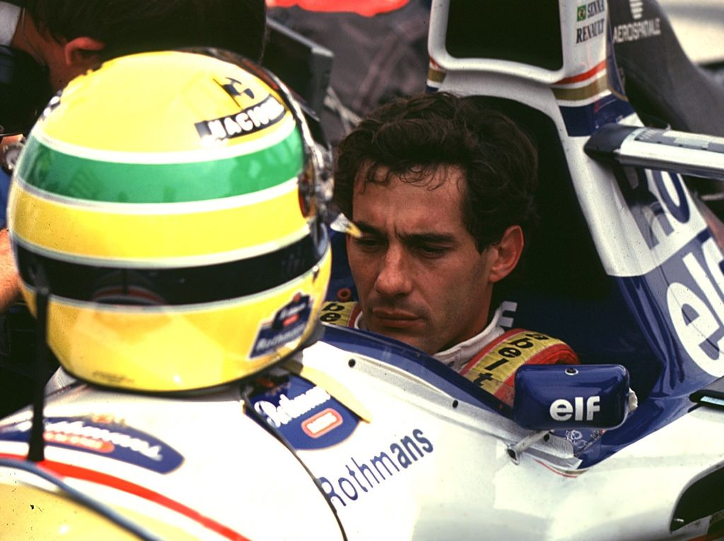 Ayrton Senna mietteliäänä ennen Imolan GP:n starttia 1.5.1994. Hän istui tavallisista rutiineistaan poiketen pitkän aikaa ilman kypärää autossaan. Roland Ratzenbergertin kuolema lauantain aika-ajoissa kosketti erittäin uskonnollista brasilialaiskuljettajaa syvästi.