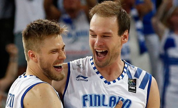 Matti Nuutinen (vas.) ja Ville Kaunisto pistivät parastaan Bosniaa vastaan.