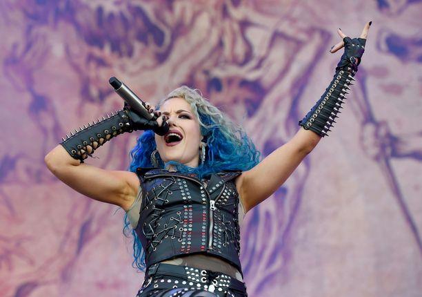 Valokuvakohu on nostattanut monien fanien vihat ruotsalaisbändi Arch Enemyn ylle. Kuvassa on laulaja Alissa White-Gluz, mutta kyseessä ei ole skandaalin aiheuttanut kuva.