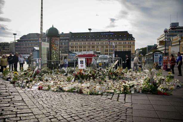 Ihmiset ovat tuoneet kynttilöitä ja kukkia Turun Kaupptorille. Kynttilämeri kuvattuna tiistaiaamuna.