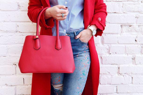 Painava käsilaukku voi aiheuttaa hartia- ja selkäkipuja.