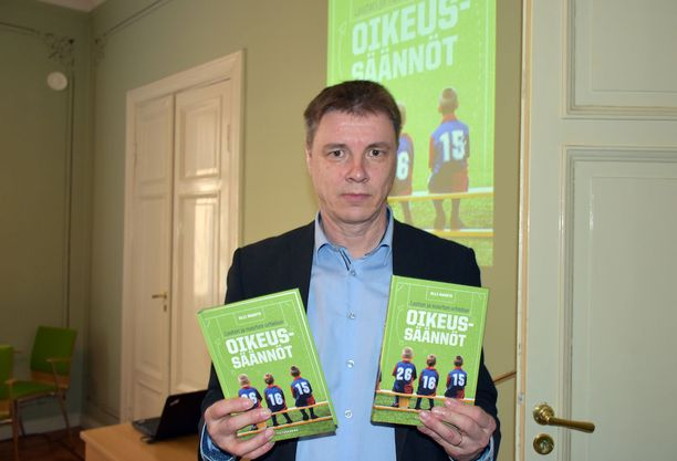 Varatuomari Olli Rausteen uutuusteos Lasten ja nuorten urheilun oikeussäännöt julkaistiin tiistaina Helsingissä.
