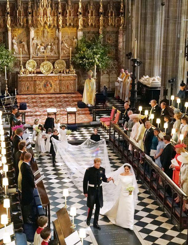 Prinssi Harry ja Meghan Markle vihittiin Pyhän Yrjön kappelissa. Meghan oli valittanut kappelin ummehtuneesta hajusta ja halusi kappeliin ilmanraikastimia.