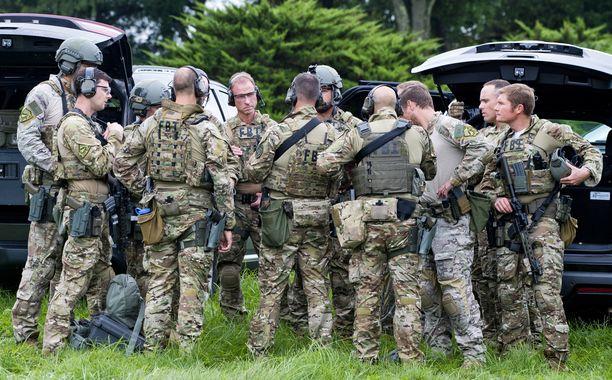 Liittovaltion poliisin FBI:n iskuryhmä valmistautui etsimään ampujaa, joka pakeni paikalta.