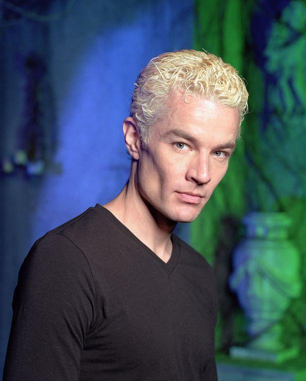 Alun perin pahiksena sarjaan tullut Spike-vampyyri joutui salamyhkäisen Aloite-järjestön koekaniiniksi ja sai aivoihinsa sirun, joka esti tätä vahingoittamasta ihmisiä. Siitä alkoi James Marstersin matka sarjan vakinaiseksi hahmoksi.