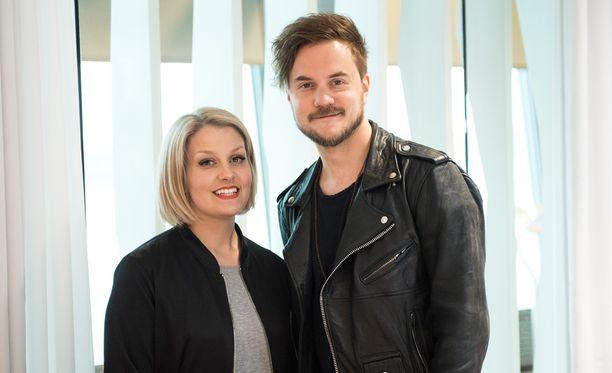 Leena Tirronen ja Lasse Piirainen edustavat Suomea euroviisuissa. Lasse on tullut tutuksi myös paluun tehneen BumtsiBum-ohjelmasta.
