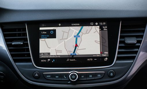 OnStar-järjestelmän avulla pystyy paitsi syöttämään navigointikohteita etänä, varkaustapauksessa myös paikantamaan pitkäkyntisen.