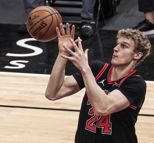 Lauri Markkanen ja Chicago Bulls kamppailevat pääsystä pudotuspeleihin. Arkistokuva.