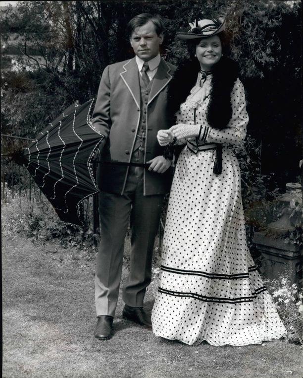 Warren Clarke näytteli Winston Churchilliä 70-luvulla valmistuneessa minisarjassa Jennie, Lady Randolph Churchill. Vierellä vastanäyttelijä Lee Remick.
