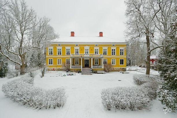 Keltainen Saustilan kartano Sauvossa on Suomen vanhimpia säteritiloja. Ensimmäiset säilyneet asiakirjamaininnat kartanosta ovat vuodelta 1405. Nykyinen kartanorakennus on kuitenkin vuodelta 1819.