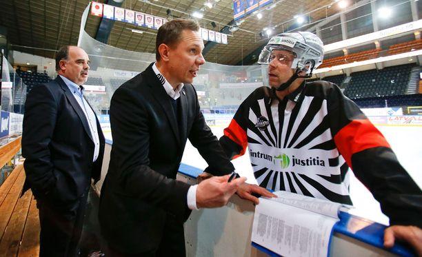 Tapparan päävalmentaja Jussi Tapola (edessä) ja toimitusjohtaja Mikko Leinonen eivät olleet samaa mieltä päätuomari Petri Lindqvistin kanssa.
