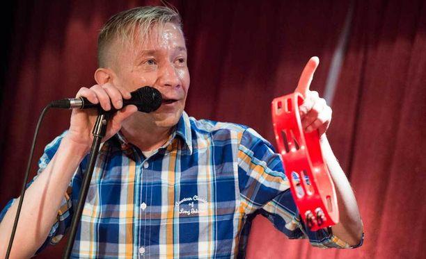 Laulamisen lisäksi Simo Silmu työskentelee säveltäjänä ja sanoittajana. Hän perusti Yölintu-yhtyeen 90-luvun alussa.