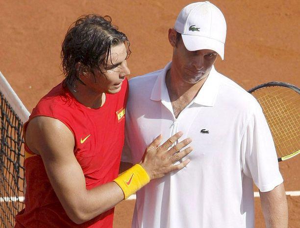 Andy Roddick (oik.) joutui nöyrtymään Rafael Nadalille.