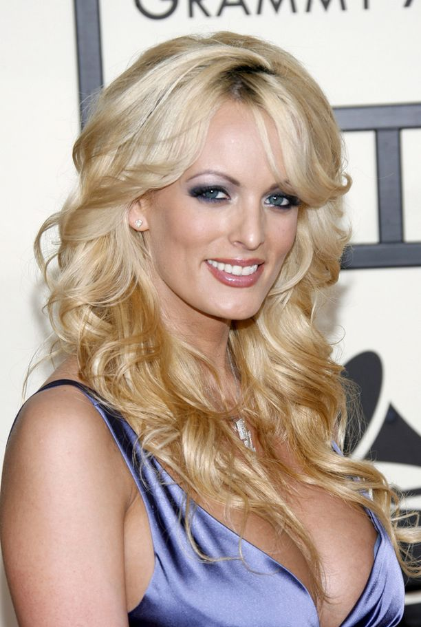 Pornotähti Stormy Daniels sai 130 000 dollaria, jotta vaikenisi suhteestaan Trumpin kanssa.