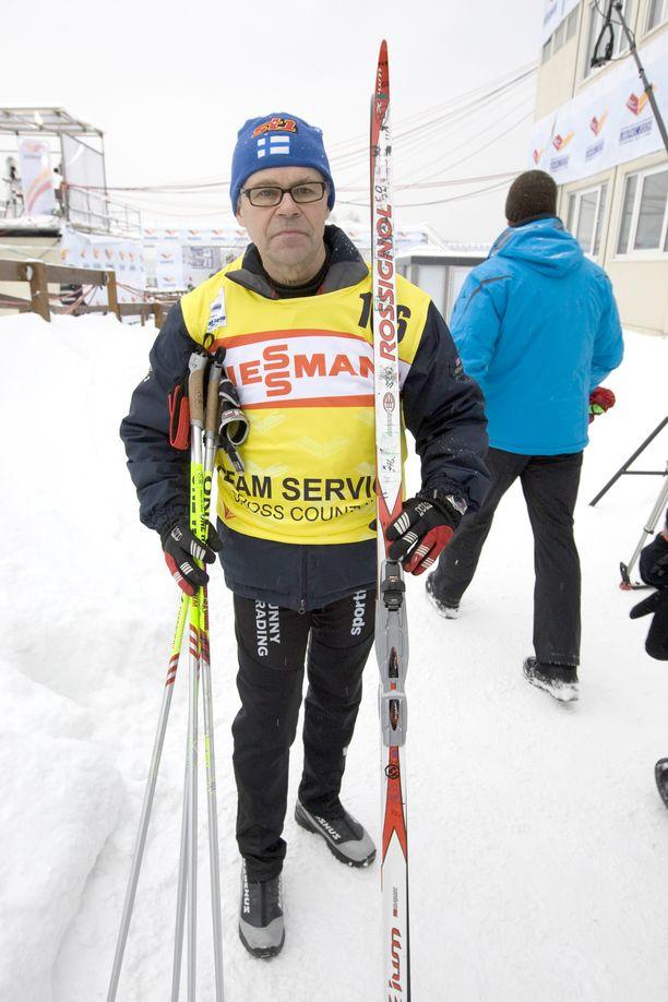 Huoltomies Reino Holck esitteli Aino-Kaisa Saarisen kultasuksia Liberecin MM-hiihdoissa 2009.