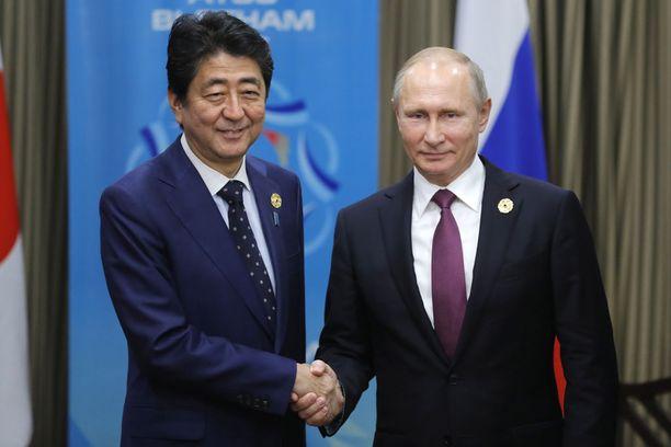 Japanin pääministeri Abe ja Venäjän presidentti Putin tapasivat APEC-kokouksen yhteydessä Vietnamissa.