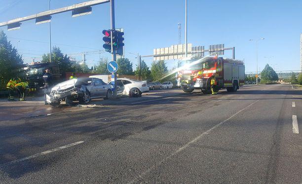 Kolme autoa kolaroi risteyksessä Jyväskylässä.