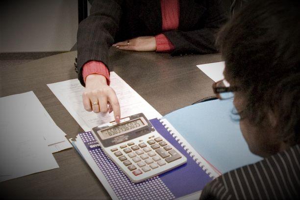 Väärennetty henkilökortti meni täydestä kahden pankin tapaamisessa. Kuvituskuva.