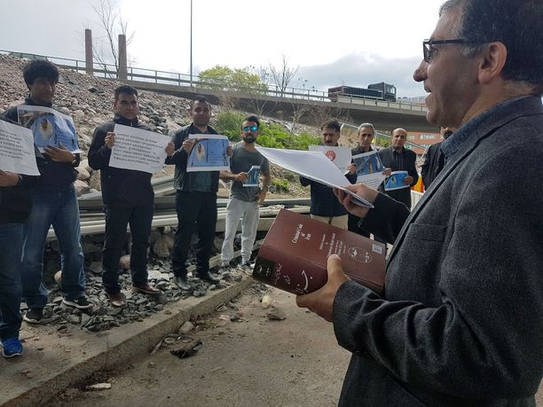 Suomessa asuvat iranilaiset osoittivat perjantaina mieltään Iranin kurdi Nazakat Abdolghaderin käännyttämisen perumiseksi.