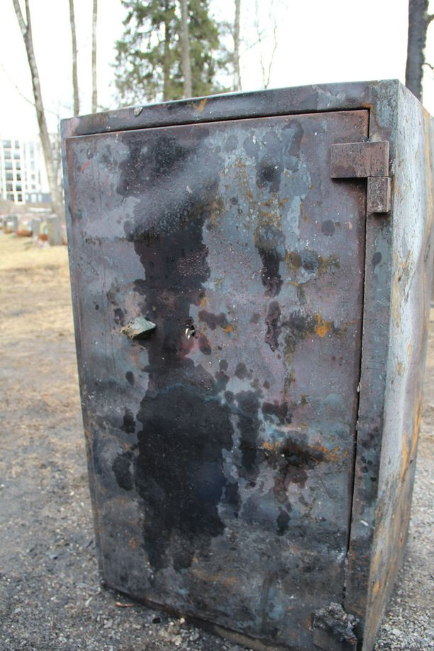 Kassakaappi suojeli ehtoollisvälineitä palolta.